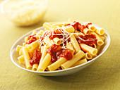 Penne Marinara mit Tomaten und geriebenem Käse