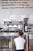 Kellnerin am Kühlschrank in einem Cafe