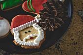 Weihnachtsplätzchen auf Tablett mit Kiefernzapfen