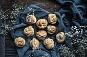 Vegan 'kanelknuter' (Norwegian cinnamon knots) with icing sugar