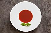 Gazpacho-Tomatensuppe mit Basilikumblatt