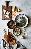 Zutatenstill mit Zwiebeln, Linsen, getrockneten Tomaten und Knoblauch