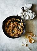 Angedünstete Zwiebel-Tomaten-Mischung in der Pfanne