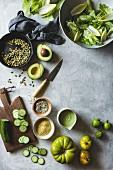Zutaten für gemischten grünen Salat mit veganem Kräuter-Cashew-Dressing