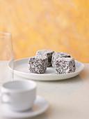 Lamingtons (Kuchenwürfel mit Schokoladen-Kokos-Glasur, Australien)