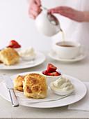 Buttermilch-Scones mit Erdbeeren und Sahne