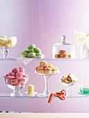 Verschiedene Macarons und Plätzchen in Glasregal