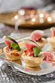 Fig tartlets with basil