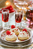 Vanilla shortbread with raspberries and cream