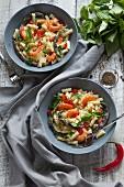Salat mit Nudeln, Garnelen, Bohnen, Chilis und Babyspinat