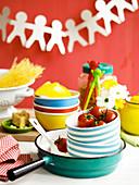 Kochen mit Kindern: Utensilien und Zutaten für Spaghetti mit Tomaten