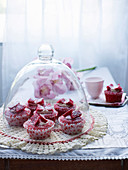 Red Velvet Cupcakes mit Schmetterlingsdeko