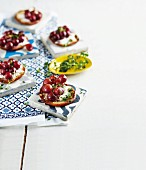 Grilled mini pitas with red grapes, feta and thyme