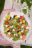 Bohnen-Erbsen-Salat mit Ziegenkäse, Erdbeeren und Essblüten
