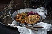 Bread dumplings, soya goulash and red cabbage (vegan)