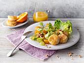Salat mit Weintrauben und Ziegenkäse in Kokos-Panade