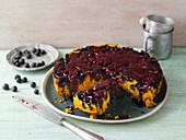 Gestürzter Blaubeer-Kurkuma-Kuchen