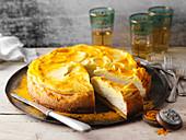 Chai-Cheesecake mit Kurkuma-Honig-Frosting