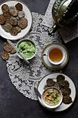 Glutenfreie Cracker mit Avocadodip und Hummus zum Tee