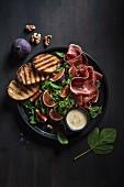 Rucolasalat mit frischen Feigen, Walnüssen, Parmaschinken und Blauschimmelkäse