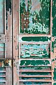 Vintage Holztür mit abgeblätterter Farbe