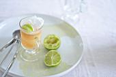 Eistee im Glas mit Limette