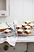 Hummingbird Cake (Bananen-Ananas-Kuchen) vom Blech mit Frischkäsefrosting