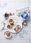 Trockenfrüchtekuchen vom Blech mit Mandeln und Puderzucker