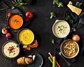 Verschiedene Suppen mit Zutaten
