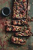 Schokoladen-Pecan-Tarte, angeschnitten