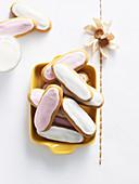 Honey Jumbles mit weisser und rosa Glasur