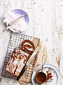 Schokoladen Biskuitroulade mit Sahnefüllung