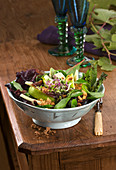 Mixed leaf salad with pears, cheese and hazelnut crumble