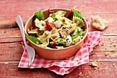 Farfalle-Salat mit Artischockenherzen, getrockneten Tomaten und Mini-Mozzarella
