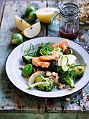 Winterlicher Salat mit Meerforelle, Brokkoli, Rosenkohl und Nashibirne