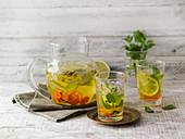Goldenes Aromawasser mit Kurkuma und Minze