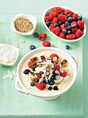 Frühstücks-Smoothie mit Weizenkeimen und Beeren in Schüssel