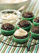 Vegane dunkle Schokoladencupcakes auf Abkühlgitter