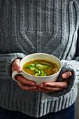 Heisser Apfel-Ingwer-Tee mit Kurkuma