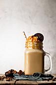 Karamell-Caffe-Latte mit Sahne und Keks