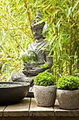 Sitzender Buddha im Bambus