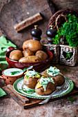 Gebackene Kartoffeln mit Sauerrahmsauce