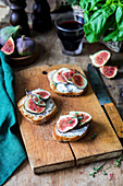 Fig bruschettas with cream cheese