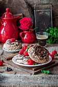 Chocolate meringues with raspberries