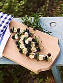 Mozzarellaspiesse mit Basilikum und Heidelbeeren