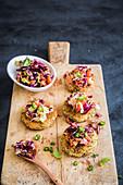 Sesam-Kartoffelplätzchen mit Rotkohlsalat