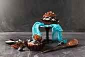 Schokomuffin gefüllt mit Schokocreme und Blaubeeren