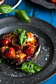 Gefüllter Pilz mit Mozzarella und Tomaten