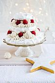 Baisertorte mit Kokospralinen und Himbeeren zu Weihnachten (Torte aufschichten, 3)