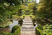 Architektonisches Wasserbecken mit Trittsteinen (Les Jardin de Castillon, Frankreich)